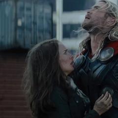 Thor a punto de llevarse a Foster a Asgard.