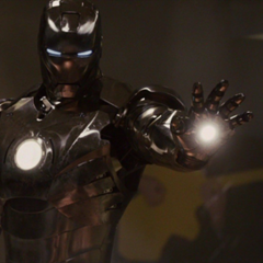 Rhodes a punto de dispararle sus repulsores a Stark.