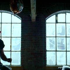 Murdock recibe un globo.