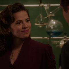Carter le pregunta a Jarvis cómo está Ana.