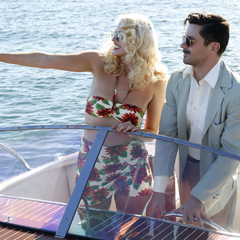 Stark con una amante en un bote.