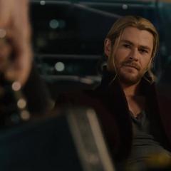 Thor observa que Rogers movió el Mjolnir.