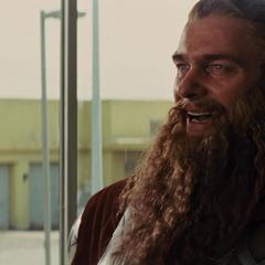 Volstagg le pide a Thor regresar a Asgard.