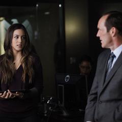 Skye mantiene a Coulson al atanto de la situación.