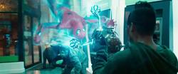 Hombre Araña viendo la teconología Chitauri