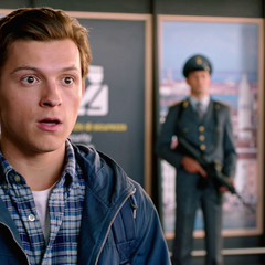 Parker nervioso al ver su traje del Hombre Araña en su maletín.