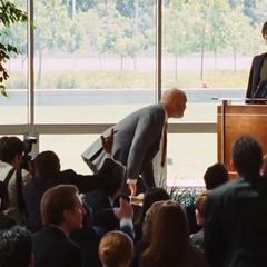 Stark anuncia que Industrias Stark cierra la fabricación de armas.