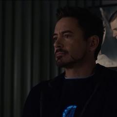 Stark acompaña a Hogan en el hospital.