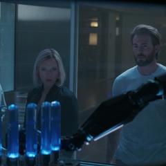 Rhodes llega con Romanoff y Rogers a verificar el transmisor.