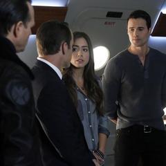 Skye escucha la estrategia de Coulson para encontrar al Clarividente.