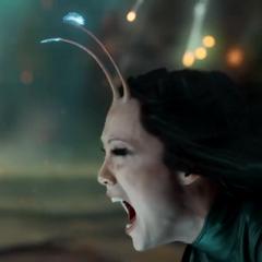 Mantis utiliza sus poderes para hacer dormir a Ego.