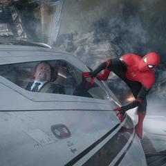 Parker llega a Londres sujetado del avión dirigido por Hogan.