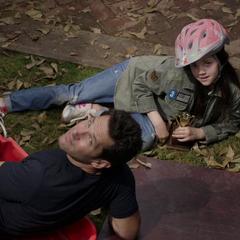 Lang y Cassandra son interrumpidos por Luis.