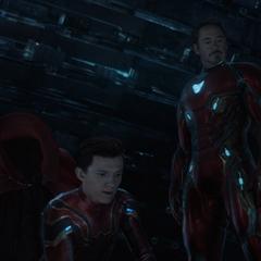 Stark, Parker y la Capa de Levitación a bordo en la Nave-Q.