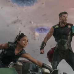 Brunnhilde y Thor tras derribar naves.