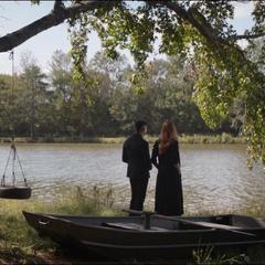 Maximoff y Barton conversan cerca de un lago.