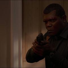 Fury le apunta con su arma a Talos.
