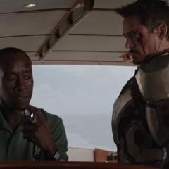 Rhodes y Stark le informan a Rodriguez la situación.
