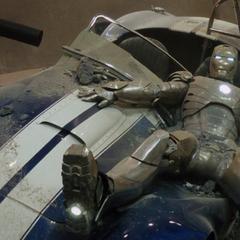 Stark se estrella en su automóvil deportivo.