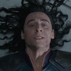 Loki es electrocutado por el Disco de Obediencia que le colocó Thor.