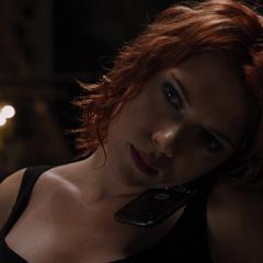 Romanoff habla con Coulson por teléfono.