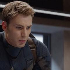 Rogers informa al personal de S.H.I.E.L.D. sobre la infiltración de HYDRA.
