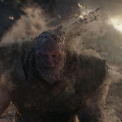 Thanos acepta la derrota mientras se desintegra.