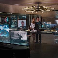 Stark aprende sobre Rogers, Thor y Banner de la Iniciativa Vengadores.