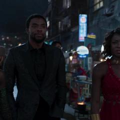 T'Challa a punto de entrar al casino con Nakia y Okoye.