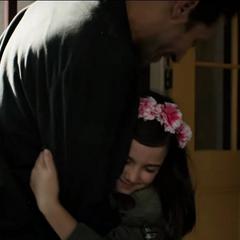 Cassandra es visitada por su padre.