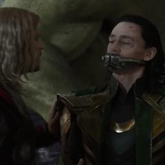 Loki recibe un bozal por Thor.
