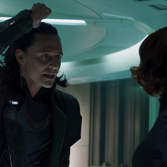 Loki amenaza a Romanoff.