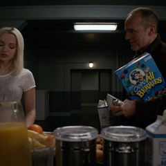 Ruby en el comedor con Coulson.