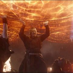 Wong crea un escudo mágico para protegerse de los láseres del Santuario II.