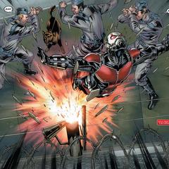 Pym se infiltra en la instalación.