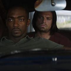 Barnes y Wilson esperan en el auto.