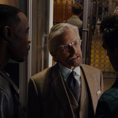 Pym intenta razonar con Paxton y Gale.