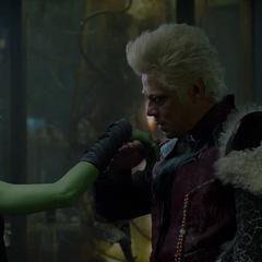 Gamora es recibida por Tivan en su museo.