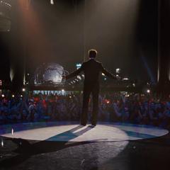 Stark habla con la audiencia de la Stark Expo.