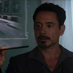 Stark le muestra a Peter los videos sobre el Hombre Araña.
