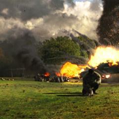 Hulk protege a Elizabeth de un helicóptero.