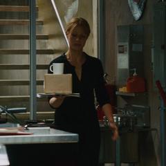 Potts le lleva a Stark su café con un regalo.