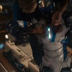 Rogers se pone encima de un droide.