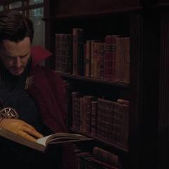 Strange busca en un libro cómo llevar a Thor a encontrarse con Odín.