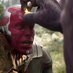 Thanos le quita la Gema de la Mente a Visión.