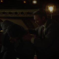 Thompson intenta ayudar a Sousa.
