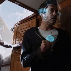 Stark en el bote con Rhodes.