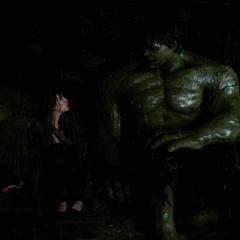 Hulk y Elizabeth ocultos en una montaña.