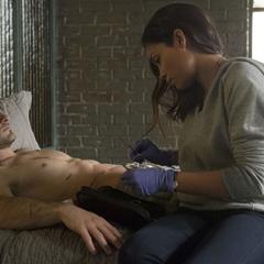 Temple trata las heridas de Murdock.