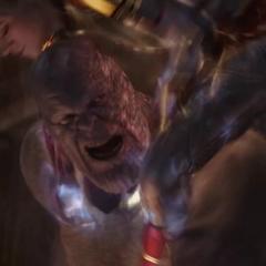 Danvers se coloca encima de Thanos.